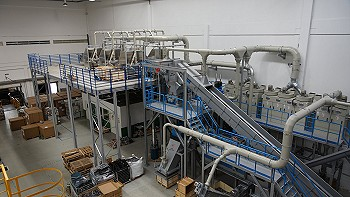 Overview of the plant with dismantling platform, shredder and separation unit